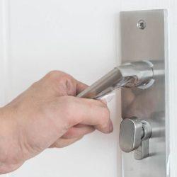 מנגנון נעילה לדלת